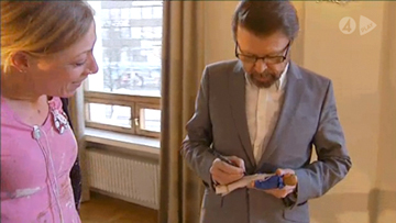 Björn signs his ABBA doll