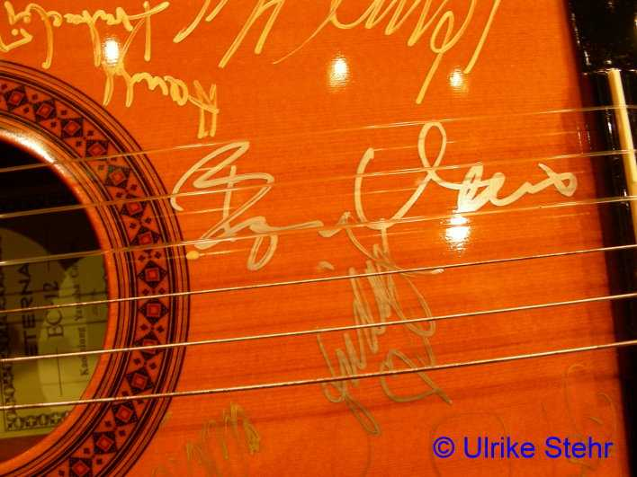 Guitar signed by Hamburg cast, Frida and Björn - © Ulrike Stehr