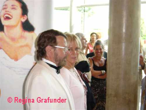 Frida and Björn in the theatre foyer - © Regina Grafunder