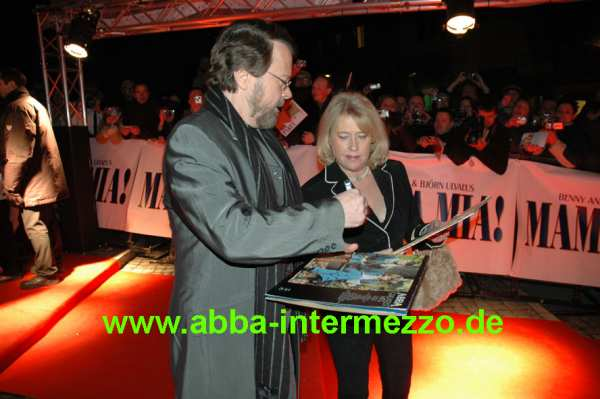 Björn signing an 'ABBA Greatest Hits' - © Klaus Will
