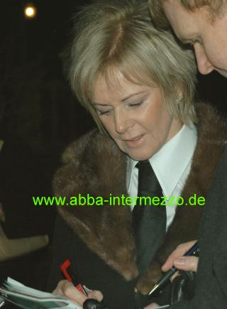 Frida giving autographs - © Klaus Will